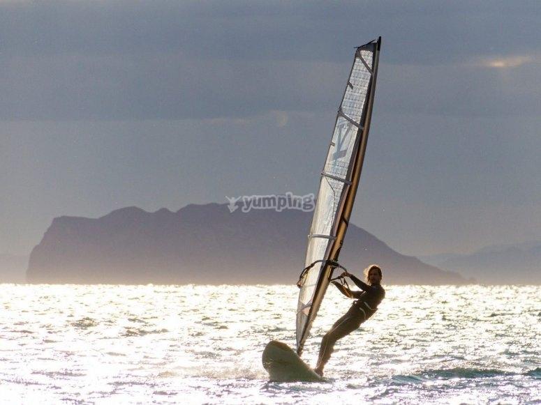 日落时的帆板运动