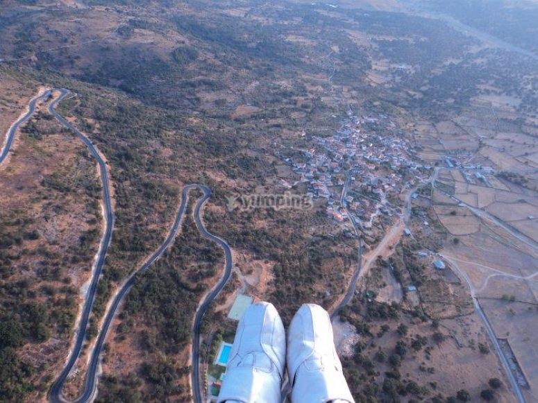 Volo in parapendio attraverso le montagne