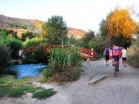 骑自行车游览洛尔卡格拉纳达的房屋和美食
