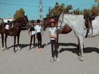 Jóvenes junto a los caballos