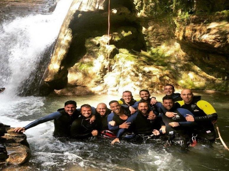Grupo de amigos junto a la cascada del barranco