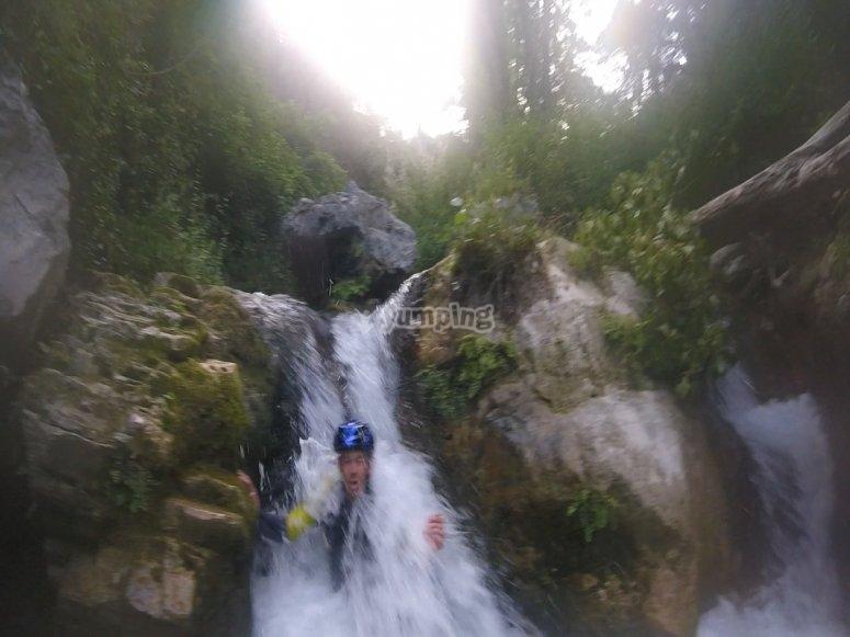 En el tobogán de la cascada