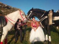Novios posando con los caballos