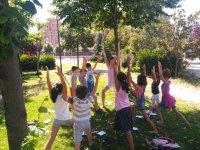 Pequeños practicando yoga al aire libre