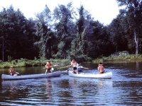 河中的独木舟