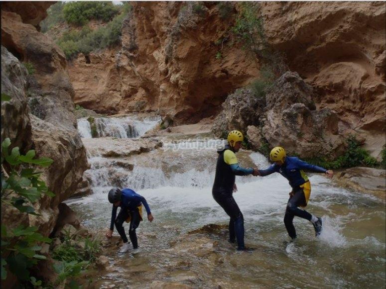 Técnico ayudando a atravesar el río