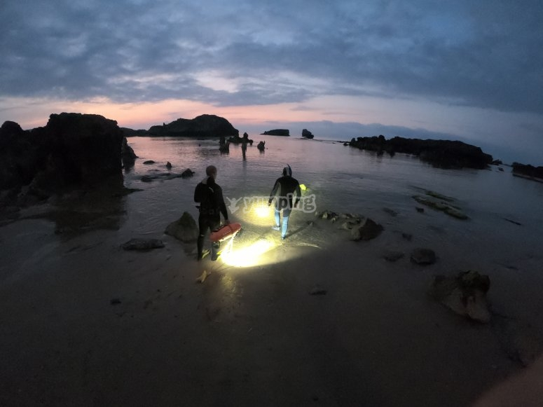夜间进入Ris海滩
