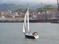 Navegando en velero en la Costa Vasca