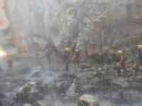 Cayendo agua sobre el barranco