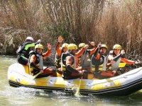 Compartiendo balsa de rafting en grupo