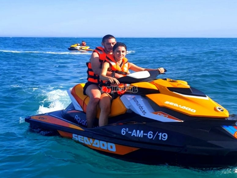 在加鲁恰(999)上乘坐摩托艇游览