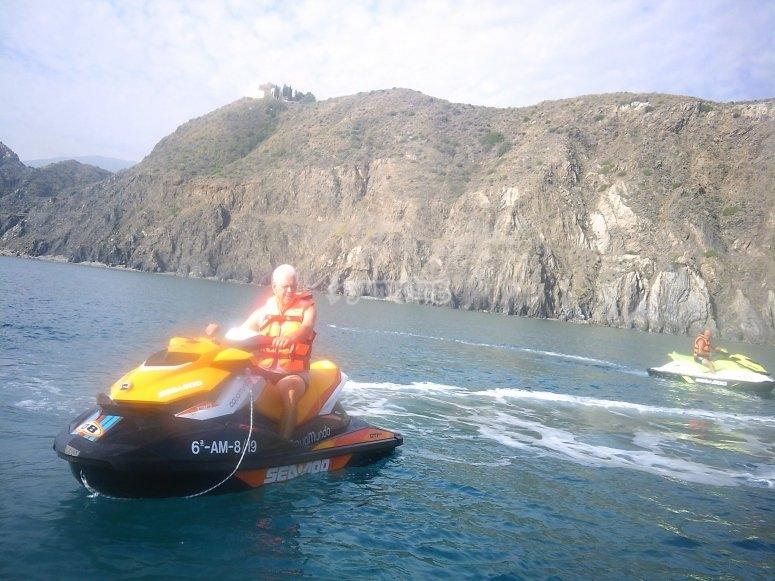 在阿尔梅里亚海岸上的摩托艇