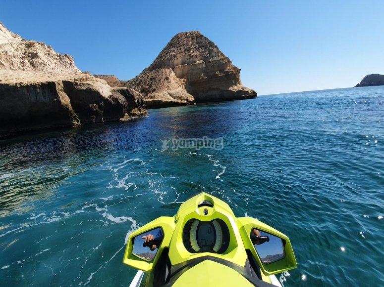 小海湾的摩托艇