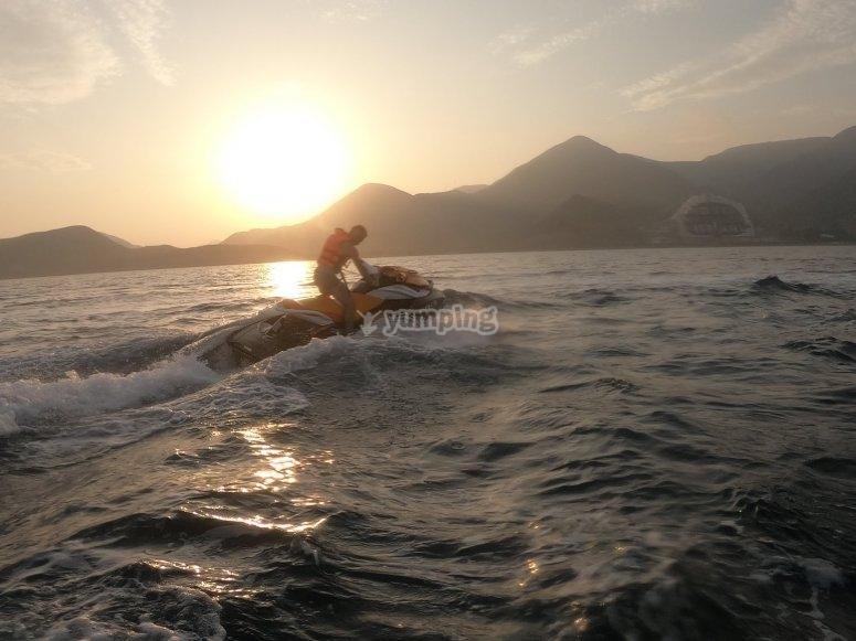 日落时的水上摩托艇