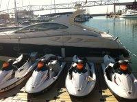 我们车队的一部分摩托艇