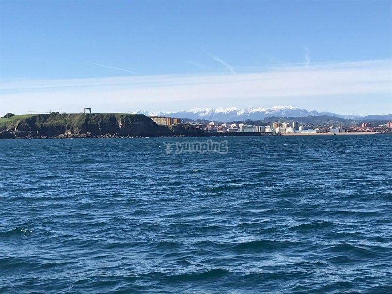 Observation de la côte asturienne depuis le bateau
