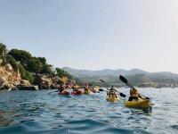 Grupo de kayak yendo hacia Punta de la Mona