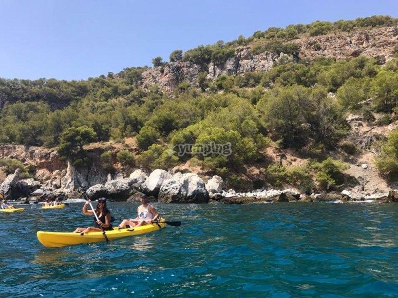 沿着 Calaiza 海滩划皮划艇
