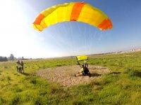 Alcanzando tierra con el paracaídas