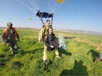 Alcanzando tierra con el paracaidas