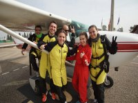 Aventureros del paracaídas junto a la avioneta
