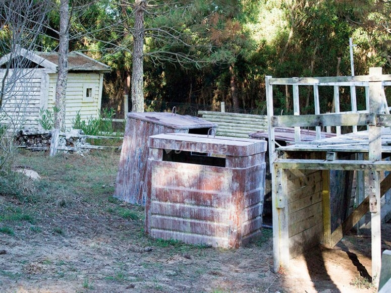 Parapets and hiding places to play paintball