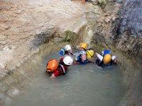 浸在一个天然泳池离开河