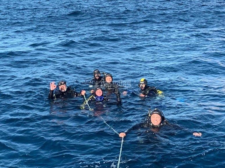 潜水员在海面过程中
