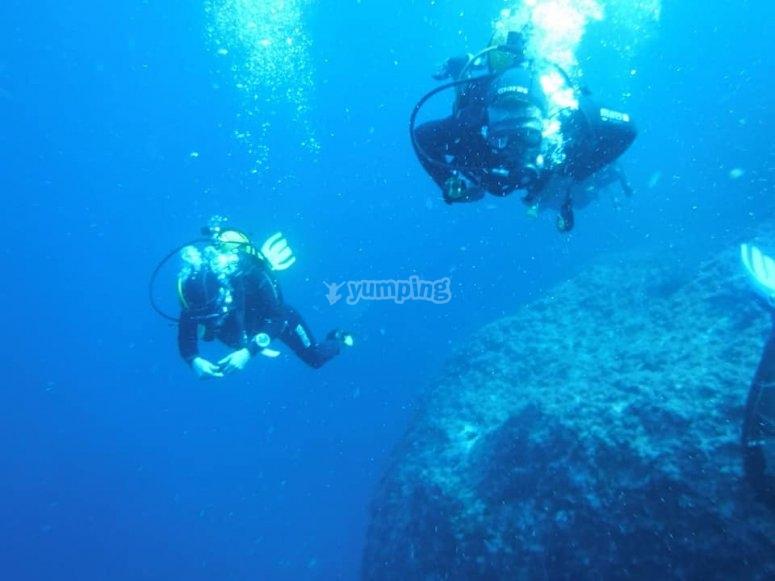 一对潜水员在实践中