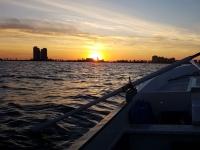 Embarcacion passeggiando al tramonto