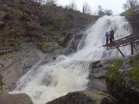 Plataforma sobre la cascada