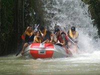 Bajo la cascada con el raft