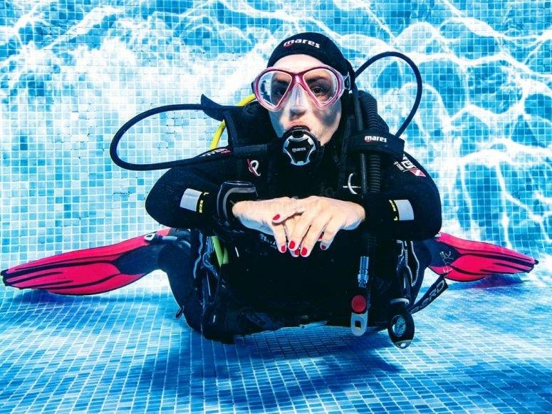 在游泳池中洗礼潜水