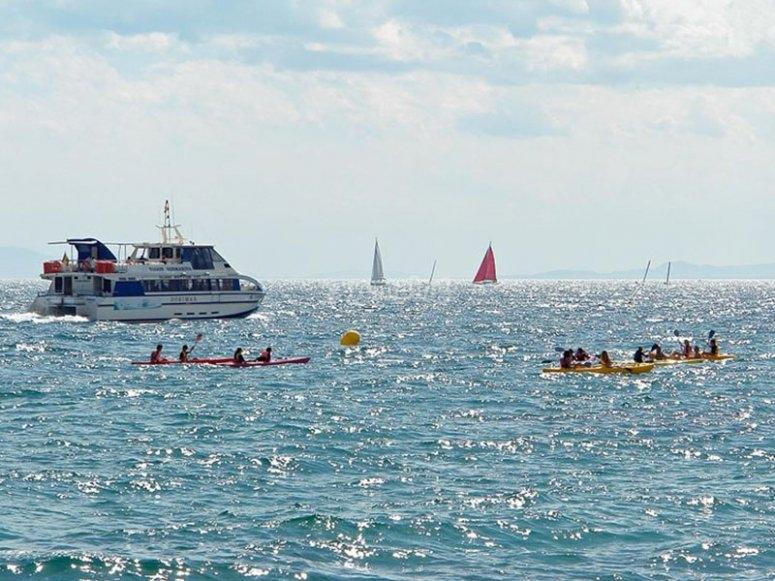 Amici che remano lungo la Costa Brava in kayak