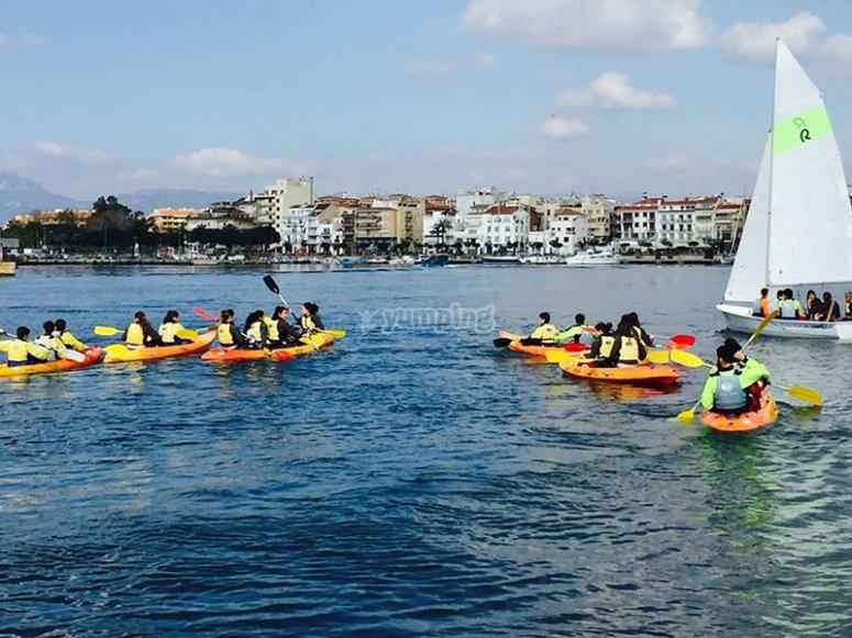 Le famiglie si divertono in kayak