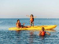 Famiglia che si gode il pomeriggio in kayak