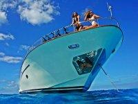 标志海洋旅游穆尔西亚女孩在船上科斯塔斯穆尔西亚日光浴