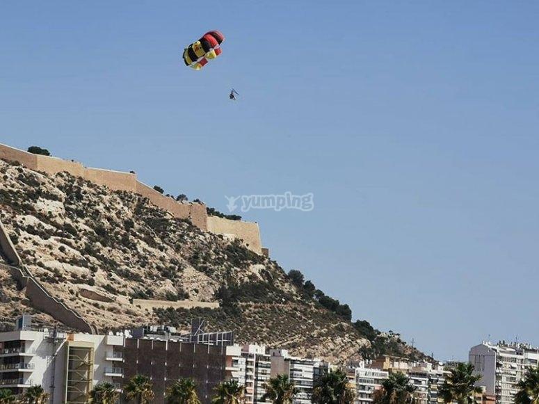 Volando en parasailing por la Costa Blanca