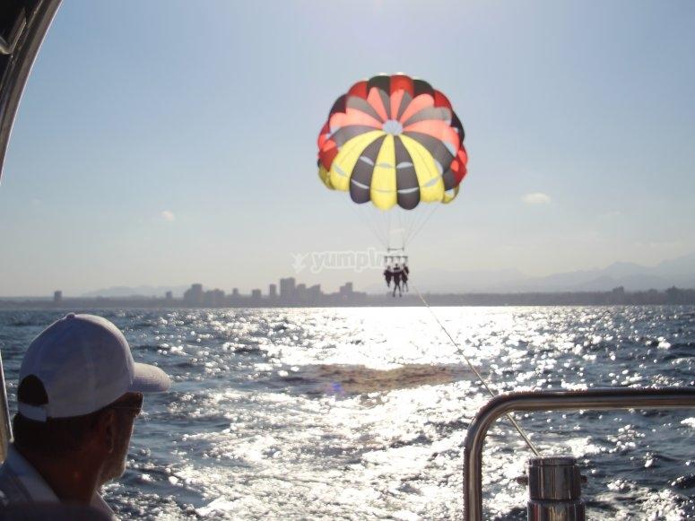 A punto de alzar vuelo en parasailing