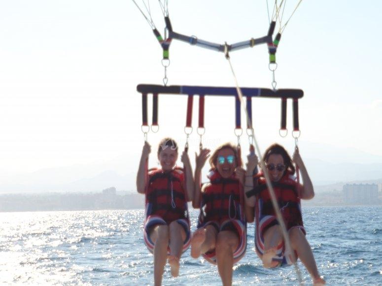 Amigas experimentando el parasailing