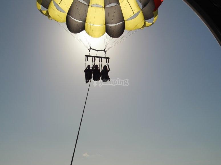 Amigos recorriendo la Costa Blanca en parasailing