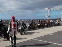 grupo de personas en sus motos