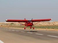 Piloto alcanzando pista con la avioneta