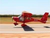 Ultraligero despegando del campo de vuelo