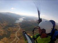 看着从晴天空中滑翔伞河
