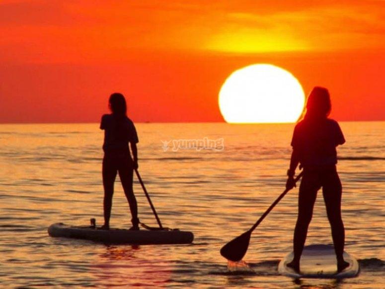 Haciendo paddle surf en pareja