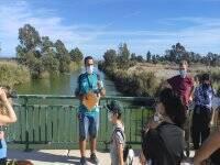 Guía turístico junto a los visitantes
