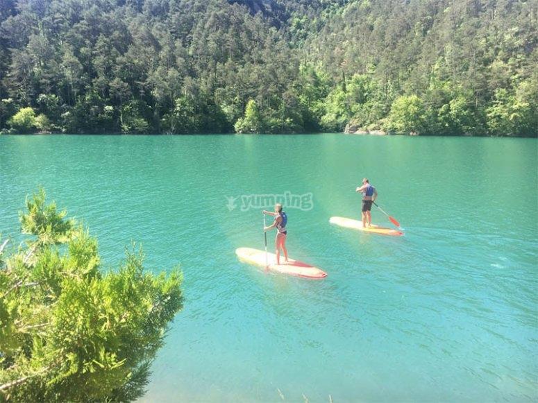 情侣游览Baells水库在桨冲浪中