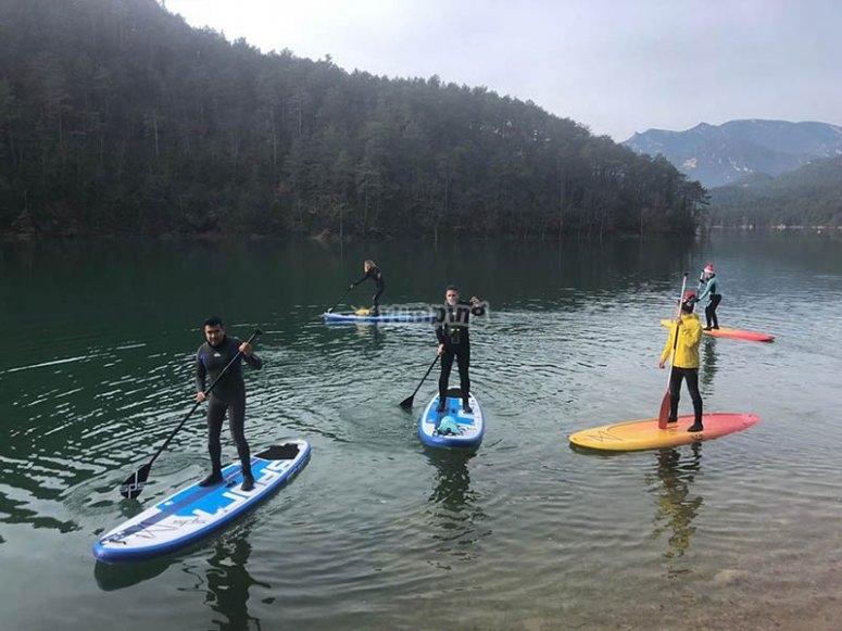 家人进行桨冲浪
