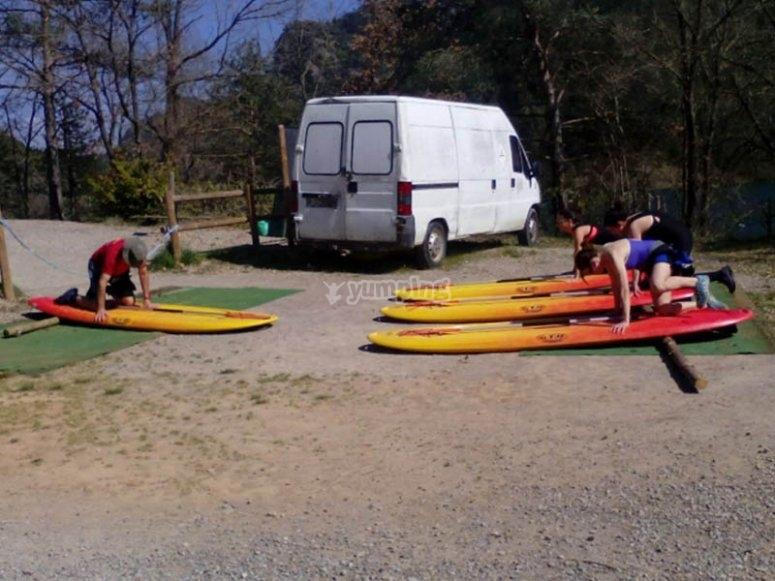 在陆地上热身练习桨冲浪